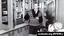 Сяржук Вітушка праводзіць экскурсію ў музэі