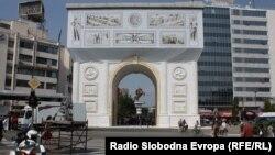 """Триумфалната капија, односно """"Порта Македонија"""" не е довршена. Горниот дел е покриен со декоративна церада."""