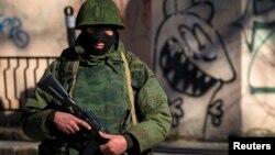 Озброєний чоловік біля української військової бази в Сімферополі, 3 березня 2014 року