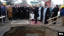 Премиерот Никола Груевски поставува камен темелник