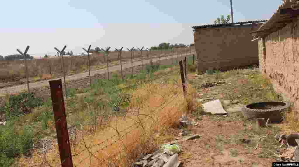 Кей үйлердің қорасына шекара сызығы тиіп тұр. Қазақ-өзбек шекарасындағы Достық ауылы.