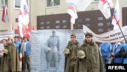 В Москве перед посольством Эстонии состоялся митинг протеста против сноса памятника Воину-освободителю
