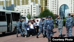 """""""Махаббат"""" және """"Махаббат-2"""" тұрғын үй кешені тұрғындарын полиция ұстап әкетіп барады. Астана, 23 шілде 2015 жыл."""