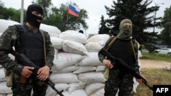 Проросійські бойовики біля блокпосту неподалік Донецька, 31 травня 2014 року