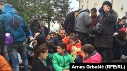 Refugjatët në Tovarnik të Kroacisë duke pritur ndonjë tren