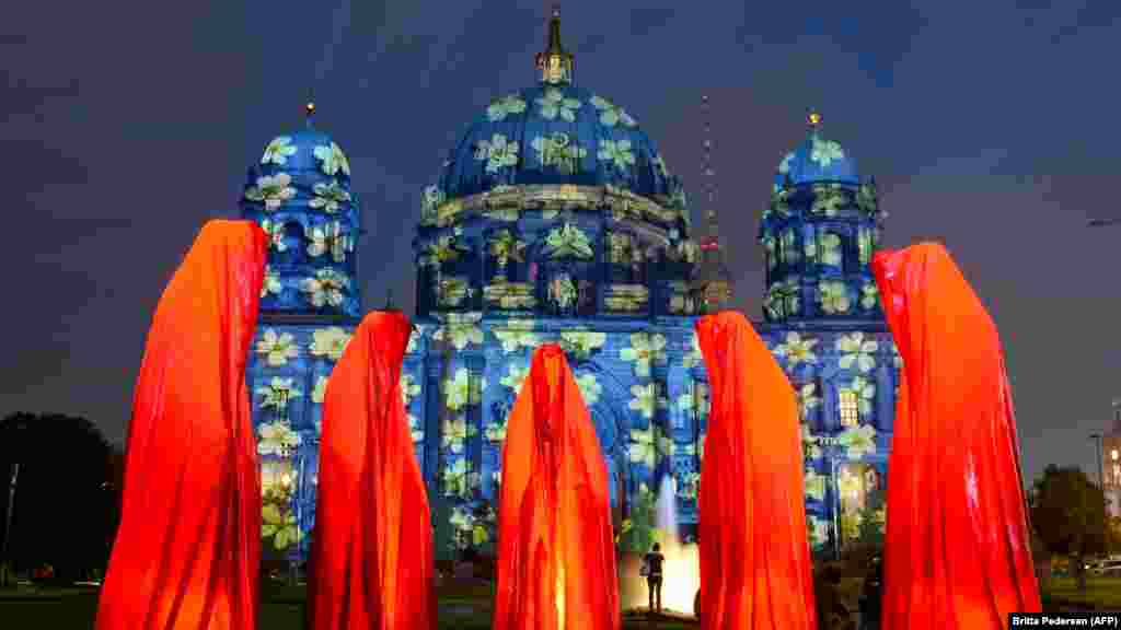 The installation 'Keeper of Time' is seen in front of the cathedral in Berlin, Germany, on October 9. (AFP Photo/DPA/Britta Pedersen)