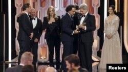 Вручение премии «Золотой глобус» Алехандро Гонсалесу Иньярриту, режиссеру фильма «Выживший». Беверли-Хиллз, 10 января 2016 года.
