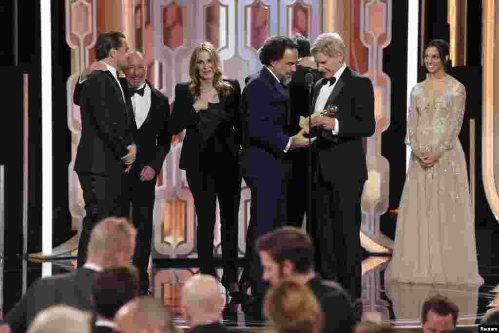 الخاندرو گونزالس ایناریتو کارگردان فیلم «از گور برگشته» جایزهاش را از دست هریسون فورد دریافت کرد