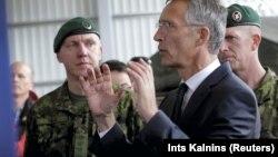 Генеральный секретарь НАТО Йенс Столтенберг выступает на базе в Эстонии