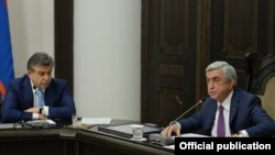 Armenia- President Serzh Sarkisian (R) and Prime Minister Karen Karapetian at a cabinet meeting in Yerevan, 29Jun2017.