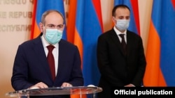 Armenia -- Prime Minister Nikol Pashinian (L) and Health Minister Arsen Torosian at a coronavirus-related news briefing, Yerevan, May 28, 2020.
