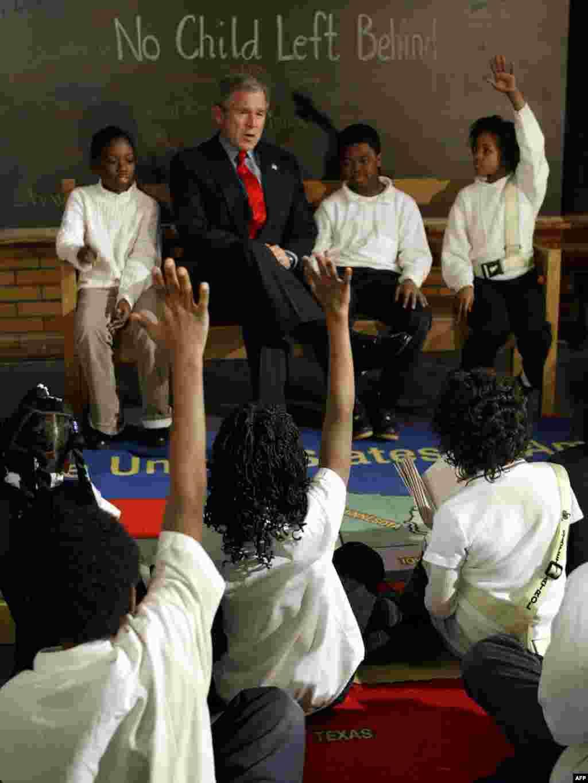 «Ні однієї дитини не забуто» – закон про освіту - Президент Дж. Буш з учнями початкової школи у Сент-Луїсі, Міссурі відзначили річницю закону про освіту. Закон від 2001 року гарантував однакові умови для освіти всіх дітей, незалежно від їхньої кількості у класі та рівню знань.