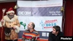 Ձմեռային փառատոնի կազմակերպիչներ Րաֆֆի Նիզիբլյանը (ձ) եւ Սարհատ Պետրոսյանը լրագրողների հետ հանդիպմանը: 10-ը դեկտեմբերի 2010թ.