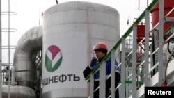 """Работник на НПЗ компании """"Башнефть"""". Уфа, 11 апреля 2013 года."""