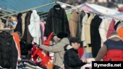 Продаж адзеньня сэканд-хэнд на адкрытым рэчавым рынку ўМенску