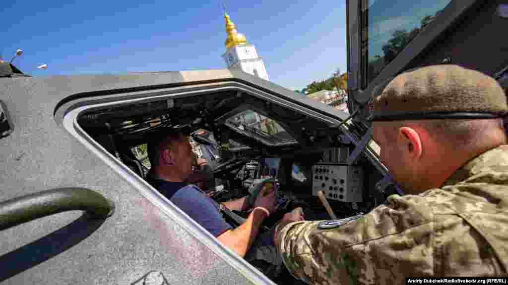 У бронетехніці можна посидіти під наглядом військових інструкторів