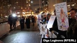 a un protest împotriva lui Valeri Gergiev și Anei Netrebko la New York