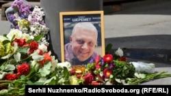 Кветкі на месцы забойства Паўла Шарамета ў Кіеве, 20 ліпеня 2016 году