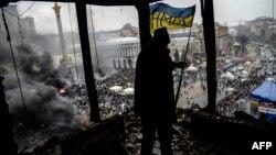 Участник антиправительственных протестов внутри сгоревшего здания. Киев, 20 февраля 2014 года.