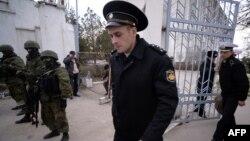 Ofițeri ucraineni părăsesc cartierul general al bazei navale de la Novoozerne, vestul Crimeei, după ce baza a trecut sub controlul trupelor rusești,19 martie 2014.