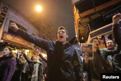 Противники Эрдогана на демонстрации в Стамбуле. Вечер 16 апреля