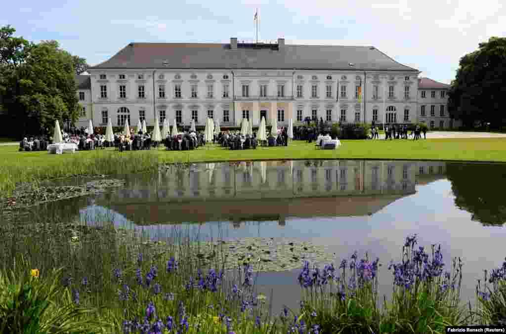 Дворец Бельвю (Берлин, Германия). Это резиденция федерального президента Германии. Дворец построен в 1786 году. Сначала Бельвю служил летней резиденцией короля Пруссии Фридриха II и его младшего брата принца Августа Фердинанда. Впоследствии в разное время он был школой, музеем этнографии, учреждением министров, гостевым домом