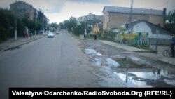 Проблемну вулицю Грушевського у Дубні встигли відремонтувати поки що наполовину