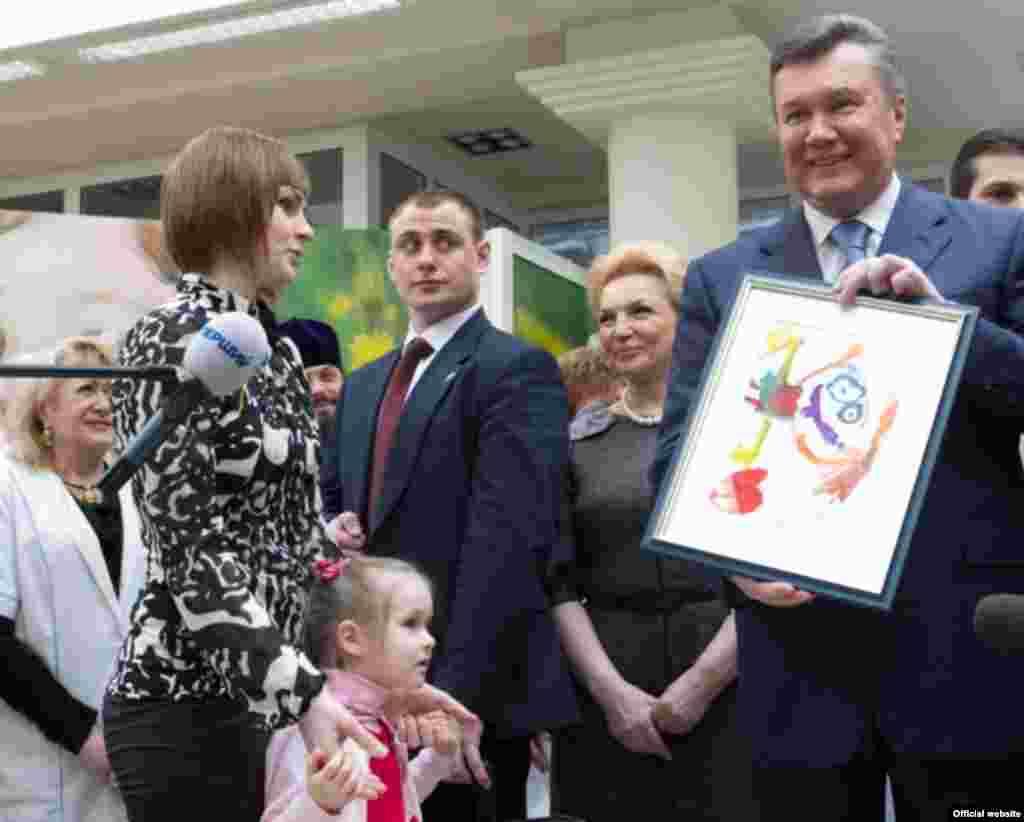 Віктор Янукович у центрі дитячої кардіології та кардіохірургії, Київ, 4 квітня 2013 року