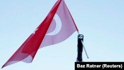 یک روز پس از کودتا؛ پرچم ترکیه بر فراز لوله یک زرهپوش مستقر در مقابل پارلمان نصب شده است.