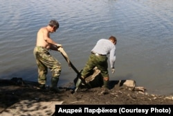 """Активисты """"Сути времени"""" вытаскивают фрагмент памятника Сталину на берег"""