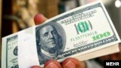 تنها عاملی که می تواند راه را بر پيشروی باز هم بيشتر دلار در بازار ارز تهران سد کند، اراده بانک مرکزی است.(عکس: مهر)