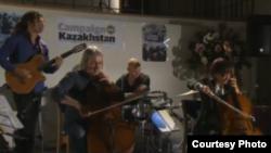 Виолончелист Әлфия Нақыпбекова және оның Cellorhythmics тобы. Лондон, 2 қазан 2012 жыл. Скриншот