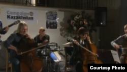 Виолончелистка Альфия Накипбекова и ее музыкальная группа Cellorhythmics во время концерта. Лондон, 3 октября 2012 года.