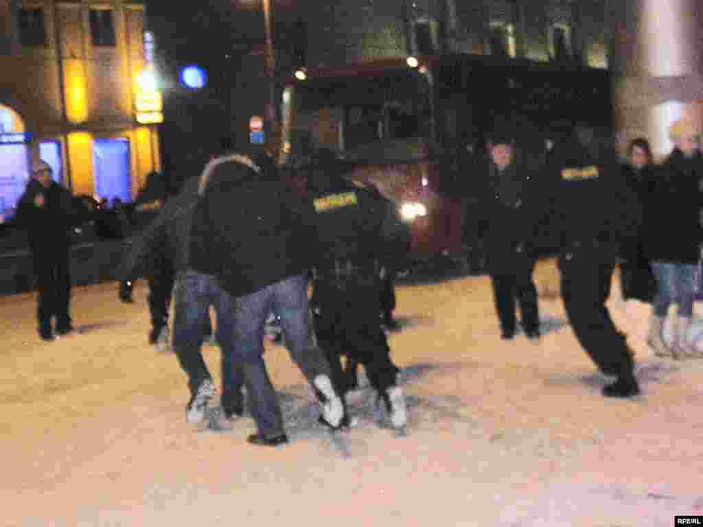 16 лютага, аўторак - Спэцназаўцы разагналі акцыю салідарнасьці на Кастрычніцкай плошчы.