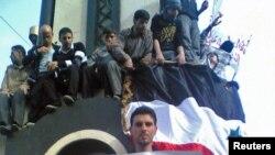 Демонстранты в центре города Хомс