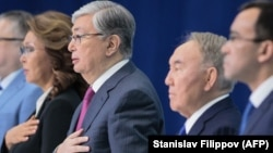 Бывший президент Казахстана Нурсултан Назарбаев (второй справа), действующий президент Касым-Жомарт Токаев (в центре), старшая дочь экс-президента Дарига Назарбаева.