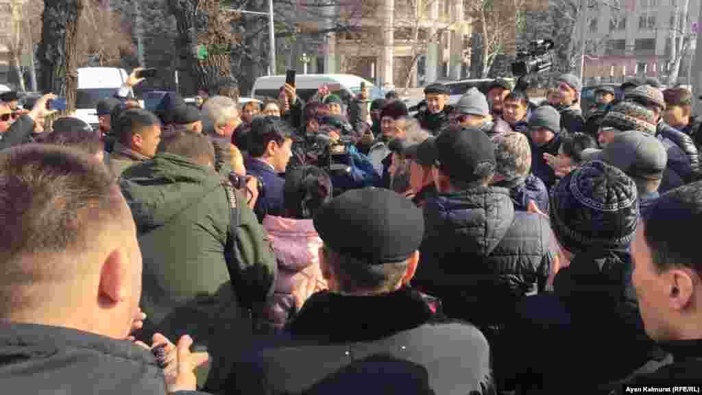 """Кеңсеге кіруден бас тартқан азаматтардың кейбірі """"Назарбаев кетсін!"""" деп айғайлады."""