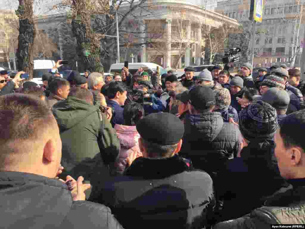 Десятки людей перед офисом партии «Нур Отан» в Алматы. 27 февраля 2019 года.