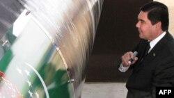 Президент Туркменистана Гурбангулы Бердымухаммедов ставит автограф на трубопроводе на церемонии его открытия. Шатлык, 31 мая 2010 года.