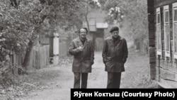 Алесь Адамовіч з Васілём Быкавым. Фота Яўгена Коктыша