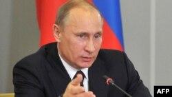 Ресей президенті Владимир Путин Саровтағы федералдық ядролық орталықта сөйлеп отыр. 24 ақпан 2012 жыл