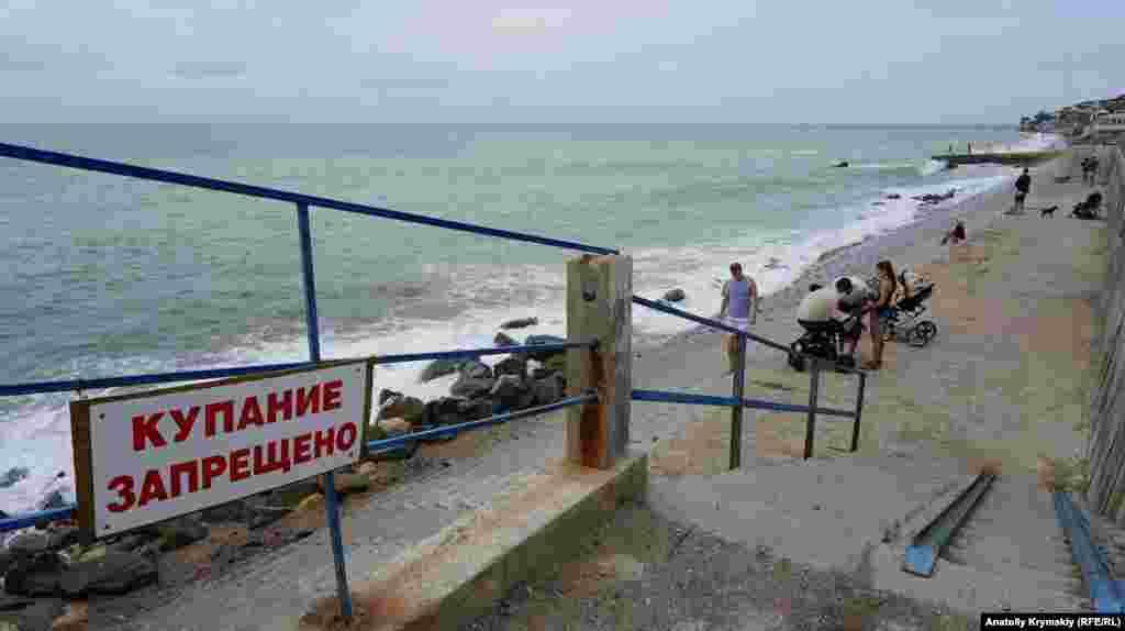 Который год подряд купание на центральных пляжах под запретом
