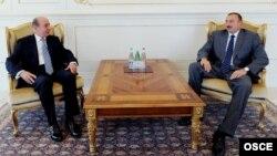 Президент Азербайджана Ильхам Алиев (справа) и руководитель Бакинского офиса ОБСЕ Корай Таргай. Баку, 31 августа 2011 года.