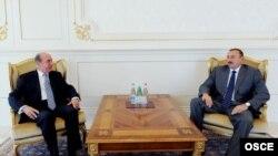 Ադրբեջանի նախագահ Իլհամ Ալիեւը (աջ) հանդիպում է Բաքվում ԵԱՀԿ գրասենյակի ղեկավար Քորայ Թարգայի հետ, արխիվ