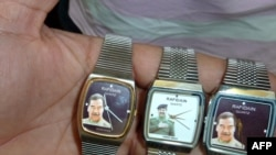 Саддам Хусейндин сүрөтү түшүрүлгөн сааттар.
