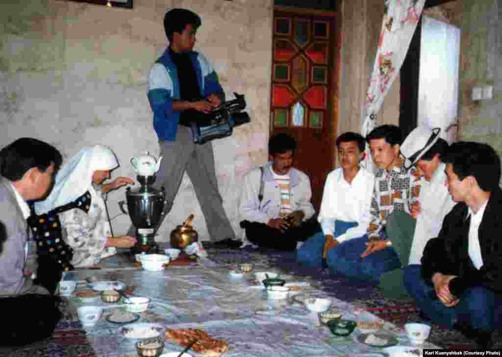 Қалыңдықты алып кетуге келген күйеу жігіт(ақ қалпақ киген). Иран, Бәндар Түркімен қаласы. 1998.
