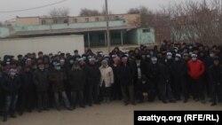 """Собравшиеся работники компании OCC с повязками """"Голодовка"""" на голове. Актау, 18 января 2017 года."""