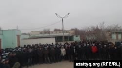 Работники OCC, подключившиеся к голодовке, во дворе здания профсоюза. Актау, 18 января 2017 года.