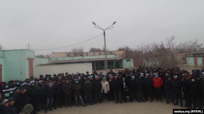 Работники Oil Construction Company во время голодовки во дворе здания, где находится офис их профсоюза. Актау, 18 января 2017 года.