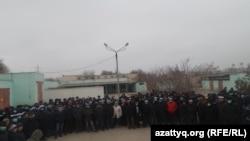 Нефтяники компании Oil Construction Company (ОСС) на акции протеста. Актау, 18 января 2017 года.